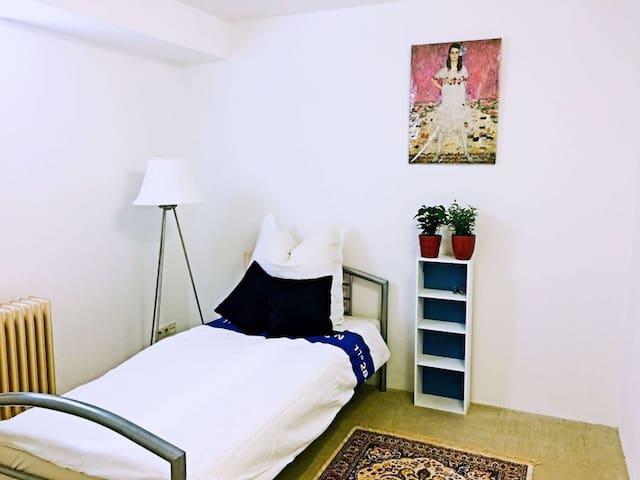 舒适房间 cosy, comfy, at home.