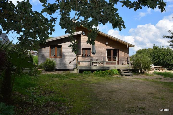 Maison bois pour 5, à 1 km de la mer avec Jacuzzi.