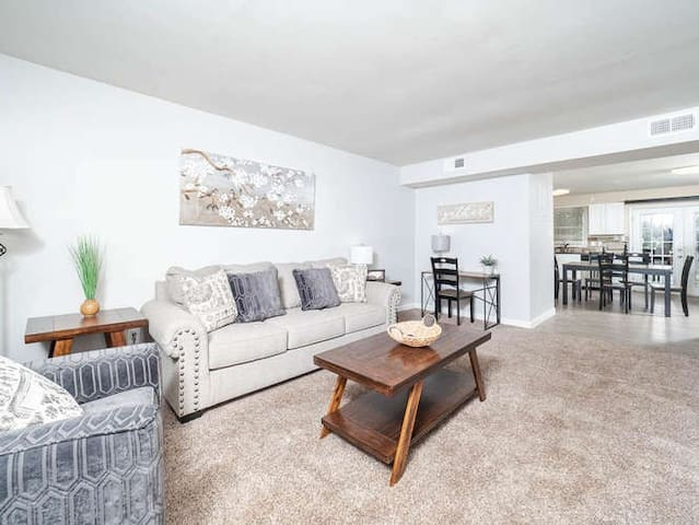 Cary/Raleigh - Newly Renovated 2 Bedroom Townhome