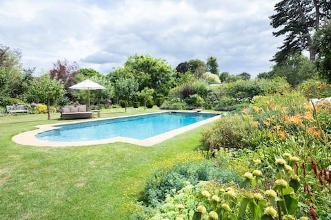 Pace e comfort all'interno di un giardino recintato dell'Hampshire
