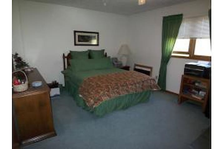 Lovely, well-appointed bedroom - Bellefontaine - Kondominium