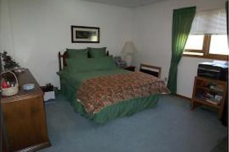 Lovely, well-appointed bedroom - Bellefontaine