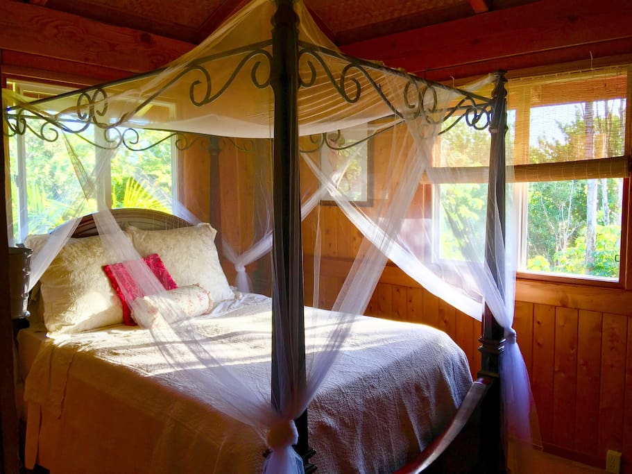 Shabby Chic Vintage room. Bedroom #1 Queen canopy bed.. Jungle views with fan and private access to shared bathroom!!