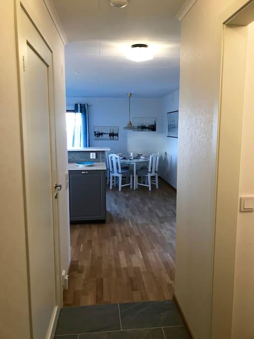 Entryway into apartment. Closet for jackets and shoes to the right. Hall in till lägenheten, utrymme för ytterkläder till höger.