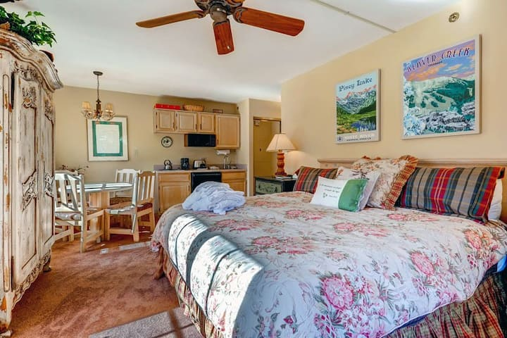 Ski-in/ski-out corner condo with Mountain views and shared pool & hot tubs