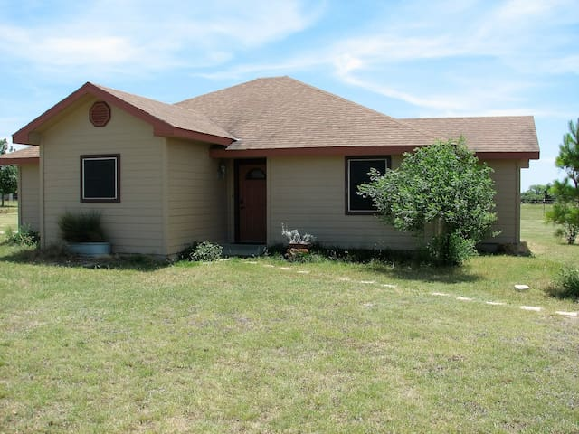 Hill Country Hideout-40 peaceful acres!