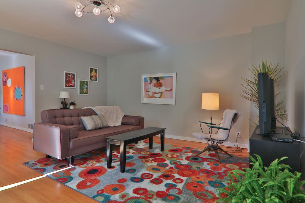 Gorgeously remodeled living room w/cable tv