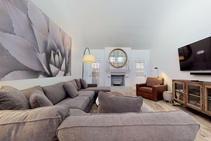 New listing!! Chic condo close to Old Town w/ shared pool & hot tub!