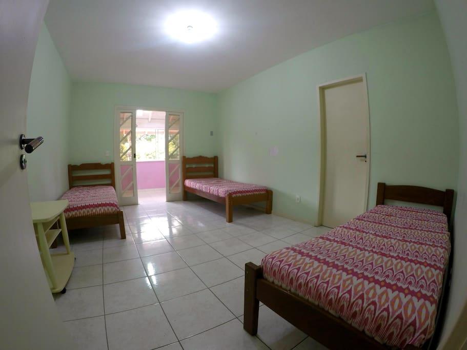 Quarto FEMININO Compartilhado (Com 3 Camas)  Houses for Rent in Florianópoli # Banheiro Feminino Translation