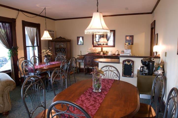 Eagle Cliff Inn B&B -Lisa's Landing Queen Room - Genf - Bed & Breakfast