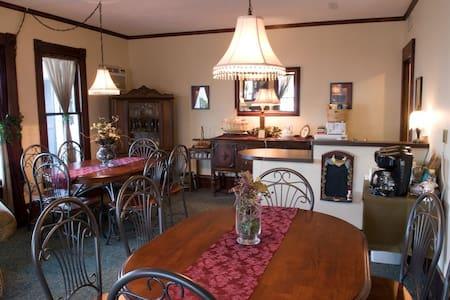 Eagle Cliff Inn B&B -Lisa's Landing Queen Room - Geneva