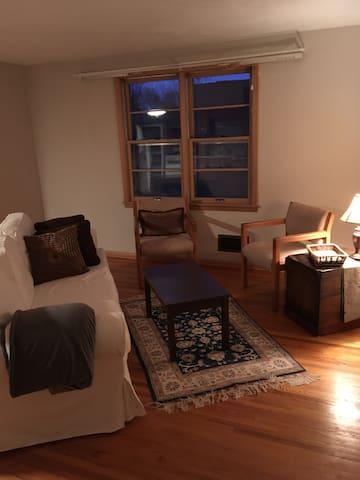 Upper Level House Apartment in Quiet Neighborhood - Saint Paul - House