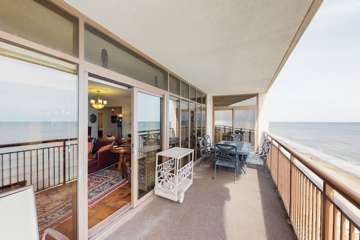 Oceanfront condo w/ beautiful views, balcony & shared pool/hot tub!