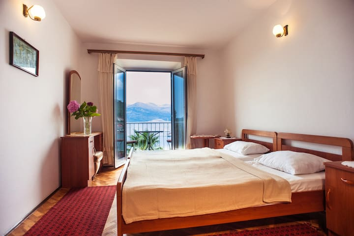 Budget double room with sea view and balcony