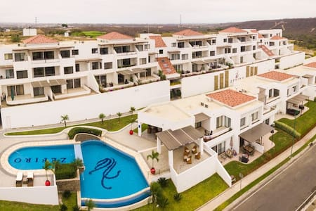Beautiful Condo in Exclusive Golf Club with Pools