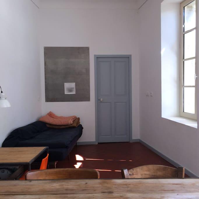 Coin salon  Porte de la chambre à coucher