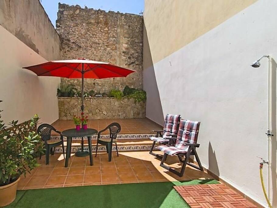 soleado y privado patio trasero con ducha exterior