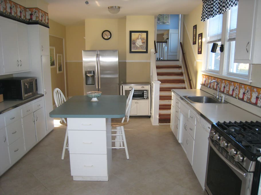 Large fully stocked kitchen, granite counters, and center island