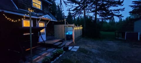 Beautiful cottage with a  hot tub, pet friendly