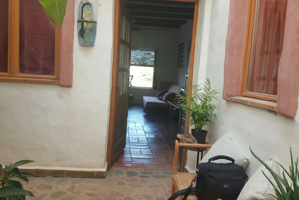entrada por el patio