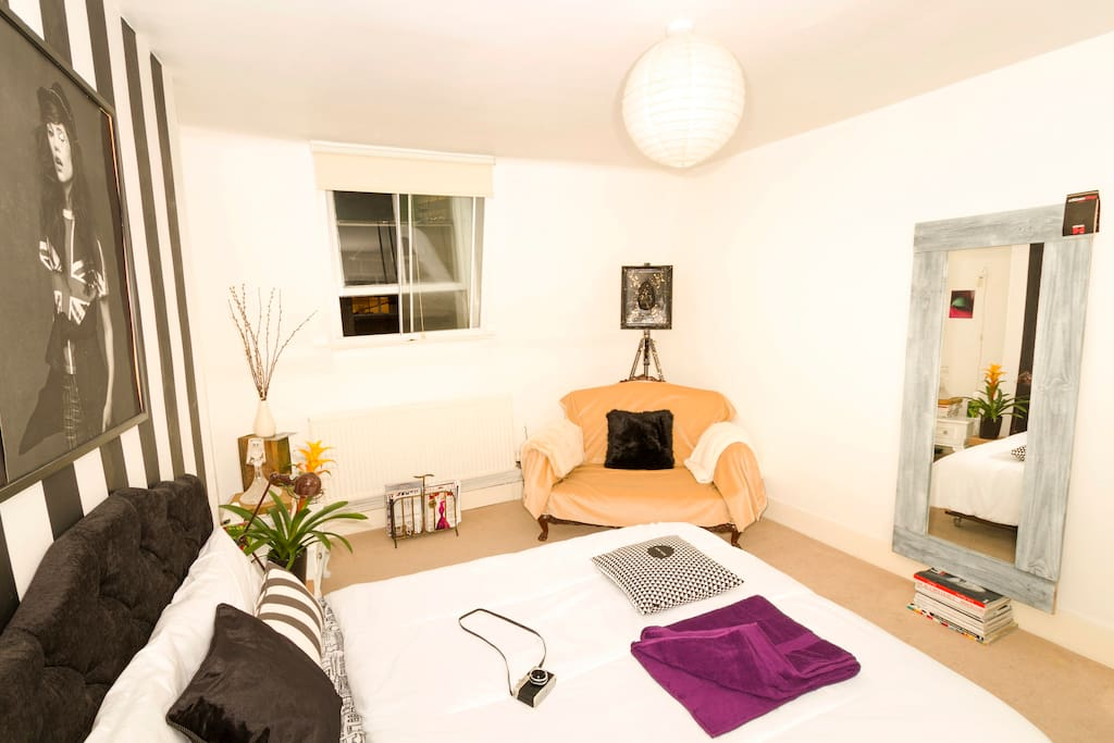 Chill Out after a busy day in London at this Cosy Love Room
