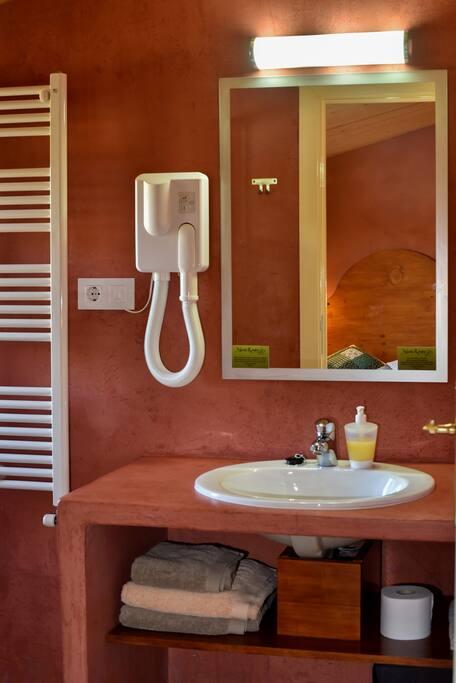 Todas las habitaciones tienen baño. Hay toallas, secador de pelo.