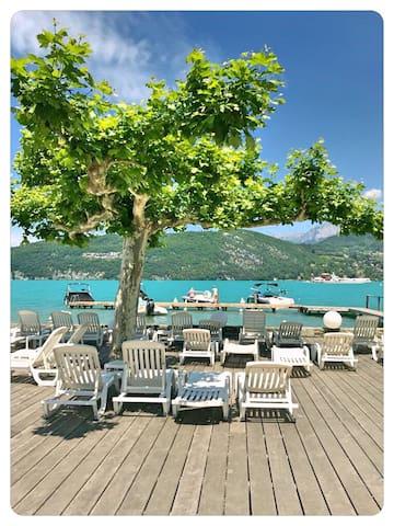 Studio avec Terrasse, bord du Lac et plage privée