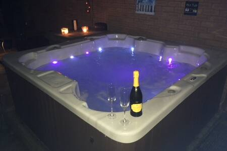 Luxury Cheshire home with HOT TUB & Netflix