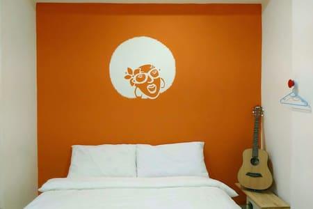C 橘色搖滾雙人房 @購物商圈 #機場高鐵接送預定 #包車旅遊安排 - 中壢區