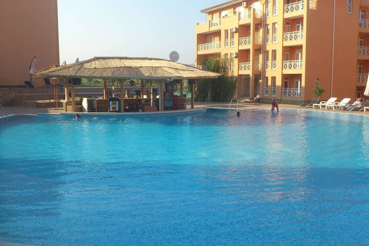 Large studio, pool view, gated complex, near beach - Burgas - Lägenhet