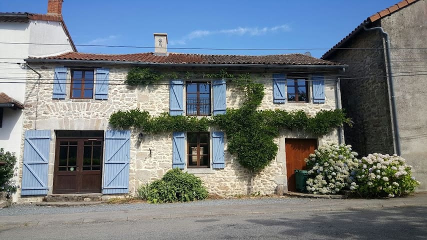 Converted Stone Bakery With Pool - La Chapelle-Montbrandeix - Huis