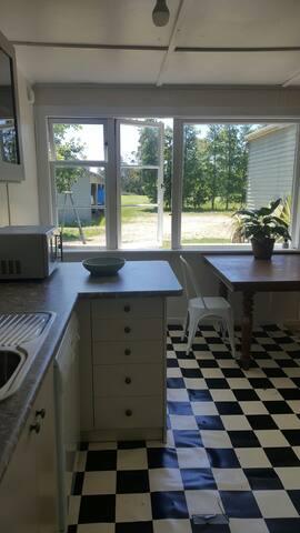 Sunny, open plan cabin in  Upper Moutere.