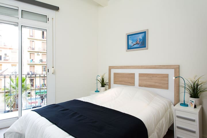 Double bed bedroom for rent Barcelona Santz.