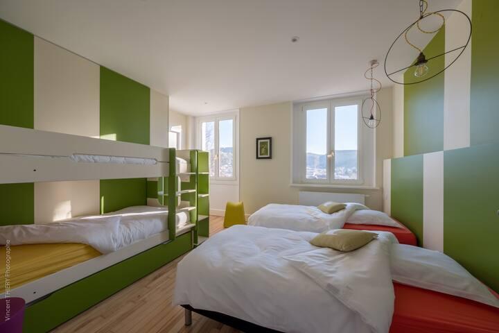 Chambre 3 - 5 couchages : 3 couchages 90x200 (sur lit à étage) et 2 lits simples 90x200