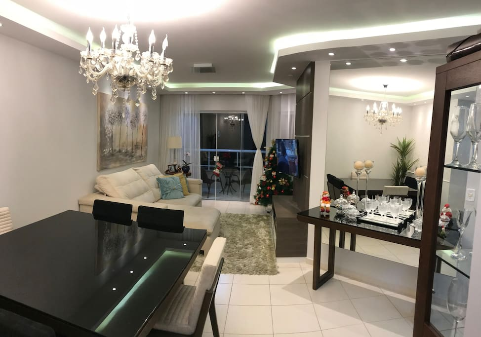 Foto 1 - 3 ambientes! Sala de Jantar, Sala de Estar e sacada no fundo. Todos com belíssimas mobílias, decoração e iluminação!