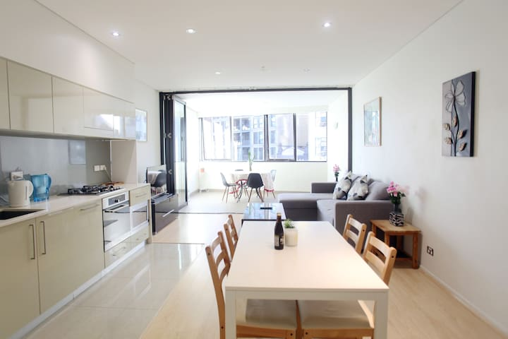 Stylish & Designer 2 Beds Home Right On George St
