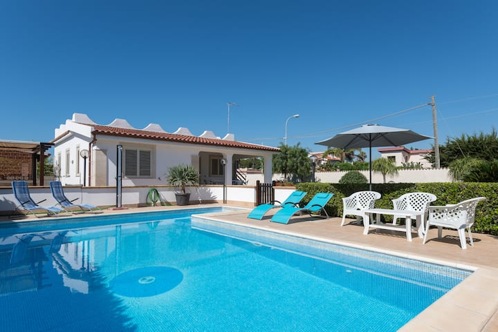 Villa situated just a few steps away from the sea
