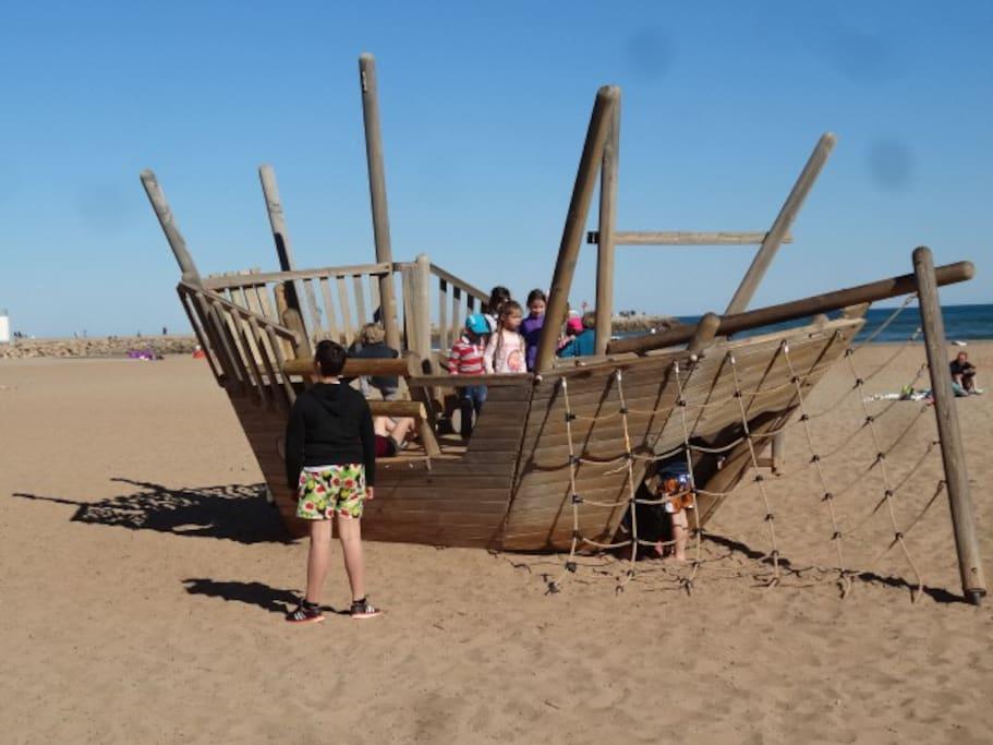 jeu bateau-pirate sur la plage