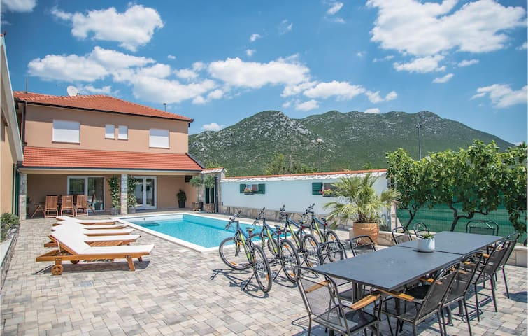 Holiday cottage with 4 bedrooms on 242 m²