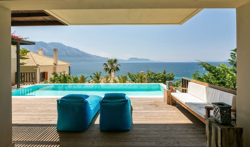 Villa Kalamos. 4 bed, sleeps 10. Private pool, next to the sea