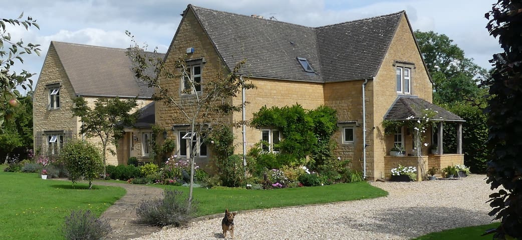 Cottage in Lower Slaughter with two private rooms.
