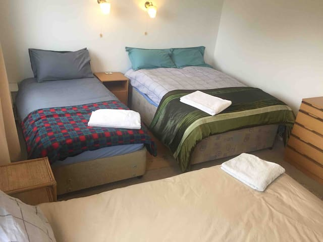 Large Room, Sleeps 1-4, near Theatre/Hospital/Uni