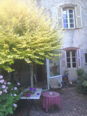 Large town house room over looking pretty garden. - Guingamp - House