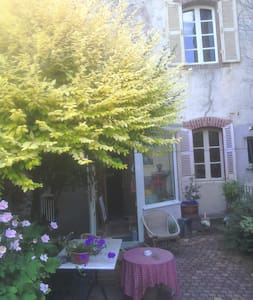 Large town house room over looking pretty garden. - Guingamp - Hus