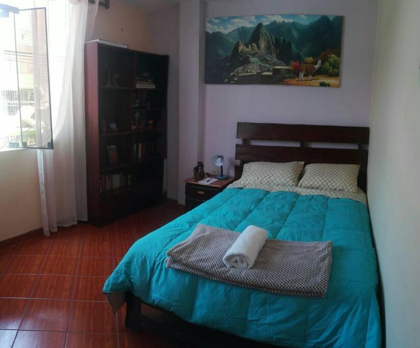 confortable dormitorio, con iluminación y ventilación apropiados para un buen descanso.