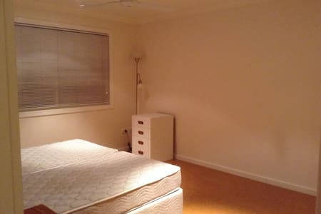 Spacious room near hospital, town - Bundaberg West - Radhus