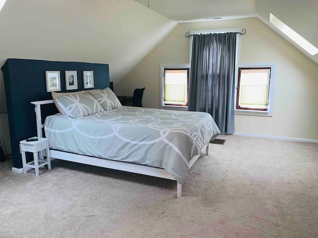 3rd Floor Master - Queen Sized Bed & En-Suite Bathroom