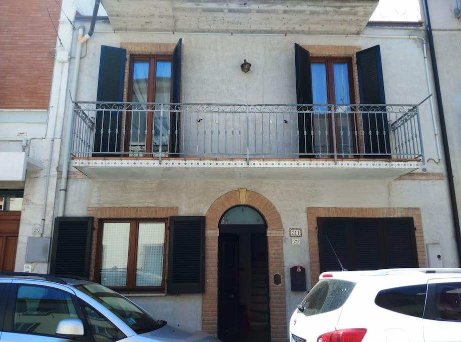 Casa marinara su due piani a porto san giorgio case in for Piani casa 2 letti