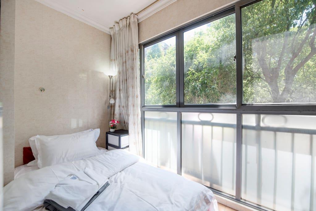单人房间,可以住1个人。窗外的小区绿化景观。