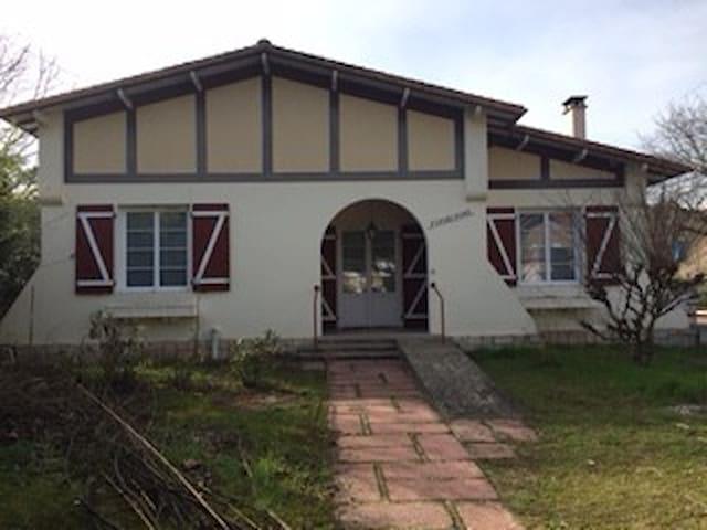 Belle villa Ronçoise avec jardin et cour - La Tremblade